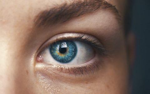 Aplikujeme očné kvapky správne?